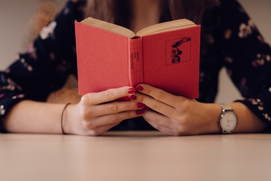 girl_reading_a_book